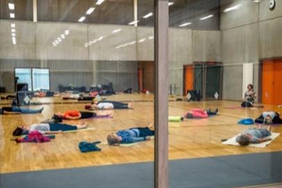 Yoga in Sporthal Destelbergen, met Anne Logiest van In-Zicht-t