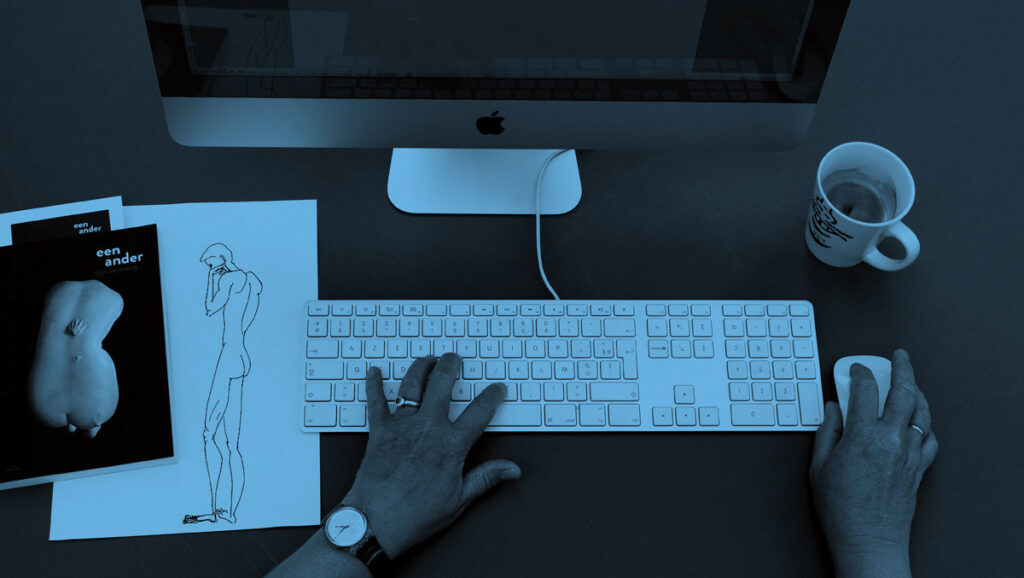 Een computer, twee handen, een werkend brein én een kop koffie: de werkinstrumenten van een freelance copywriter.