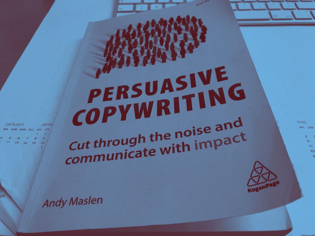Wil je een overtuigende tekst leren schrijven? Lees dan het boek Persuasive Copywriting van Andy Maslen.