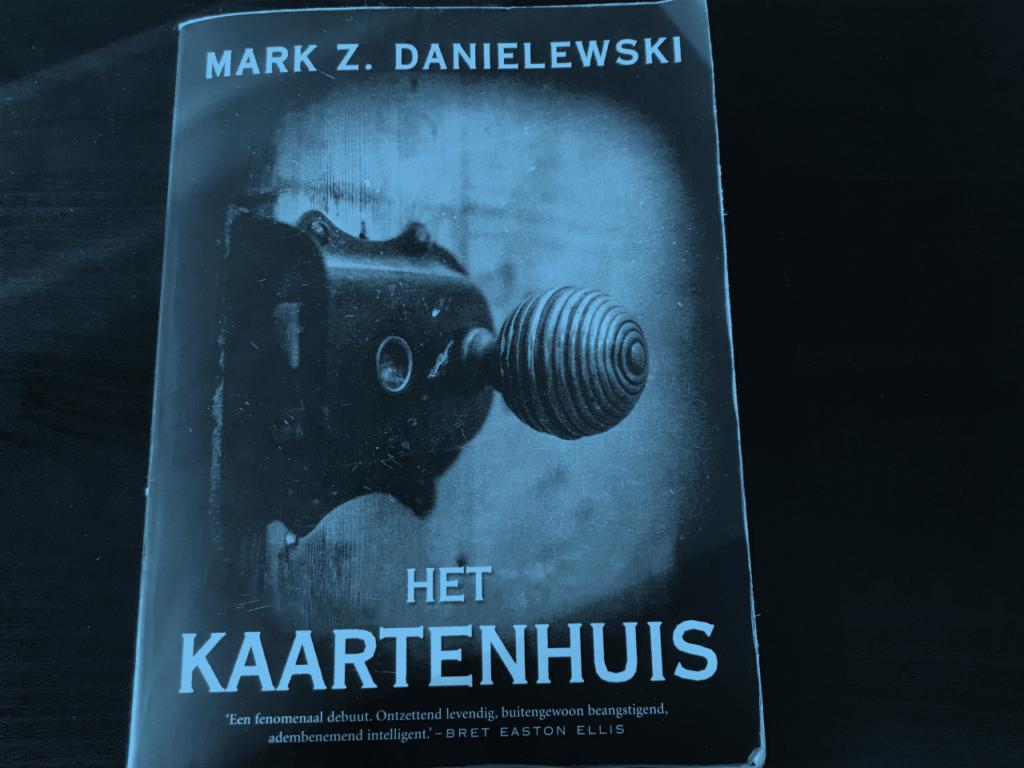 Recensie van C'bon over Het Kaartenhuis van Mark Z. Danielewski. Hier de cover.