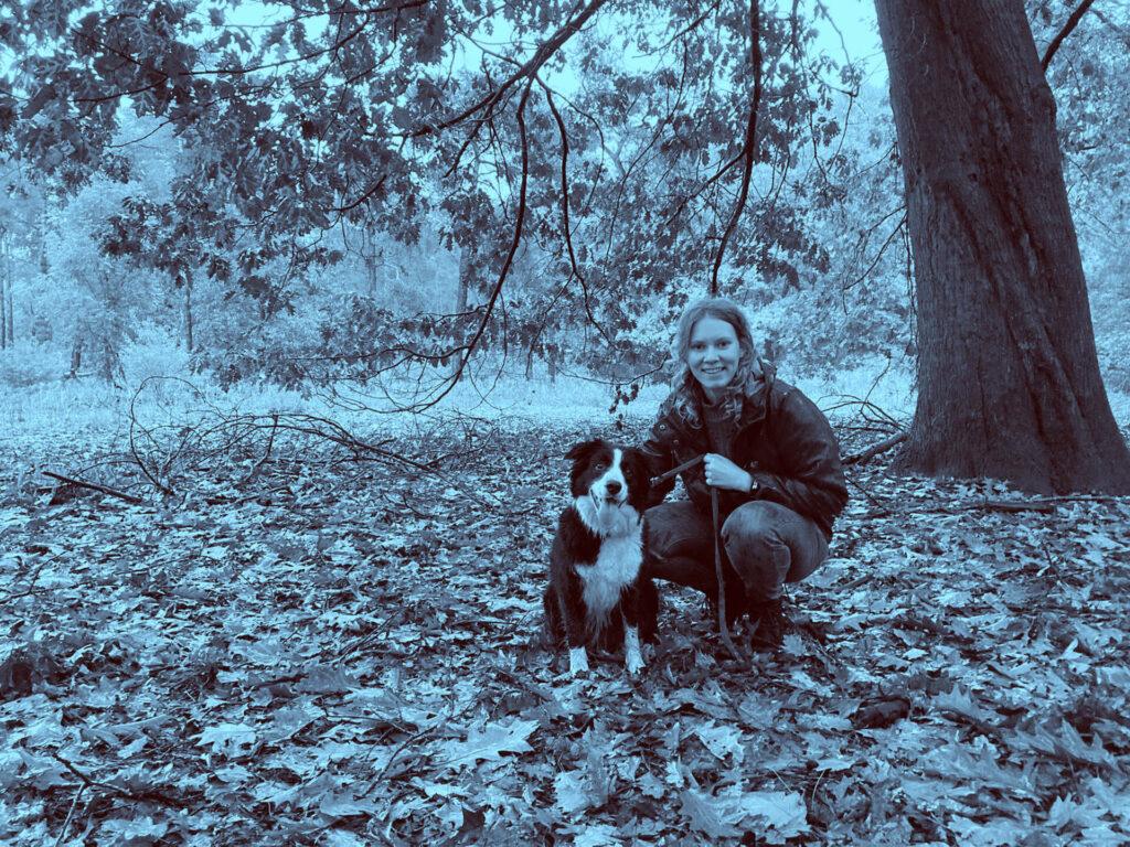 Dochter Maya en Frodo in het bos